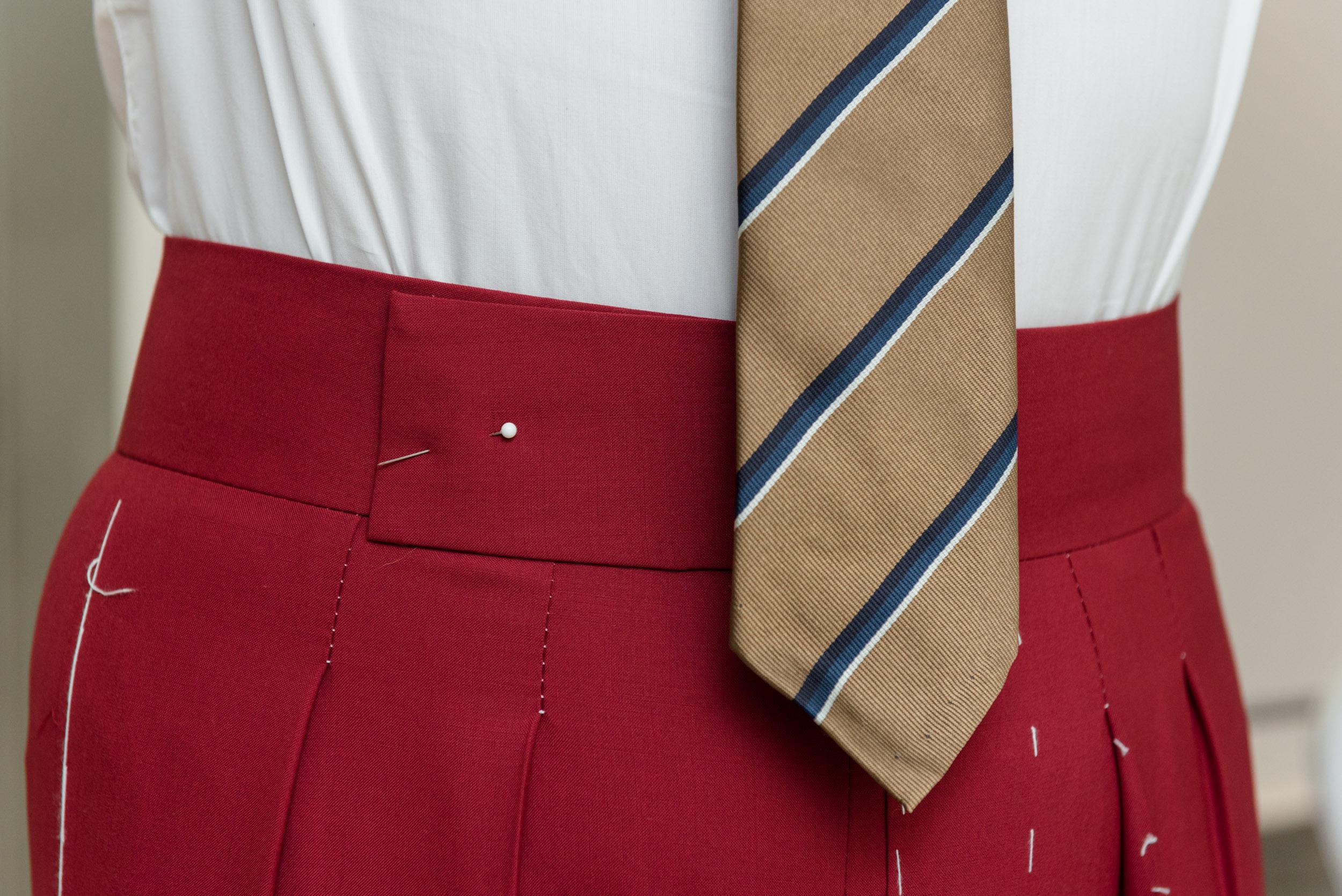 5 - Pantalone vita alta con abbottonatura laterale e cintura da 7cm